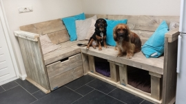 Hoekbank met 1 lade en 2 hondenmanden van oud steigerhout