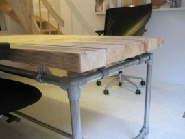 Bureau tafel dikke steigerplanken zwevend steigerbuis onderstel