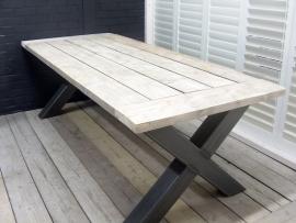 Industriële tafel met een dikke steigerplanken blad en een stalen X onderstel (KOPS)