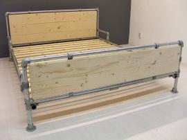 tweepersoonsbed van steigerbuis & steigerhout (STB)