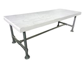 Tafel gemaakt met een blad van eikenhout en een onderstel van steigerbuis afm: L180xB80cm (voorraad magazijn artikel)