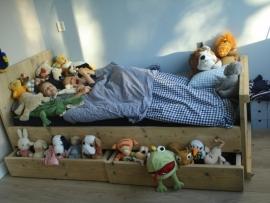 Martine de Bruijn - bed met 2 opberglades van oud steigerhout