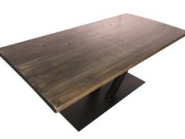 Industriële tafel stalen V onderstel met een eikenhouten blad blackwash afm: L240xB100xH77,5cm (voorraad magazijn artikel)