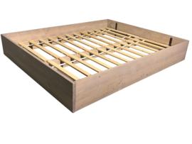 Bed van nieuw steigerhout greywash met planken op zijn kant