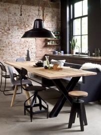Industriële tafel met dikke eikenplanken blad en een stalen X treinrail onderstel (RECHT)