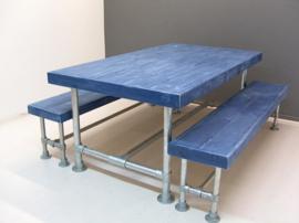 Tafel van blauwe sloophouten planken met een steigerbuis onderstel afm: L250xB100xH76cm (voorraad magazijn artikel)