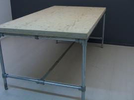 Tafelblad van vurenhout met steigerbuis onderstel (SU)