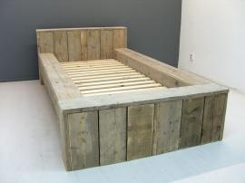 1- Eenpersoonsbed blok bed oud gebruikt steigerhout (BLO)