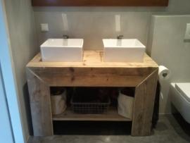Daphne Blank - badkamer meubel van oud steigerhout