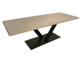 Industriële tafel met rustiek eiken blad en greywash behandeling en stalen V onderstel smal (RECHT)