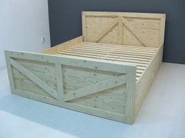 tweepersoonsbed gemaakt van vurenhout (UND)