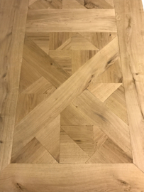 Tafel gemaakt met een blad van mozaiek eikenhout afm: L180xB90xH78cm (voorraad magazijn artikel)