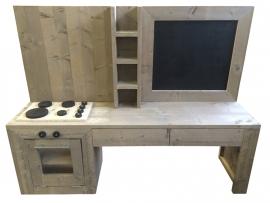 Kinderspeelkeuken met krijtbord van oud of nieuw steigerhout