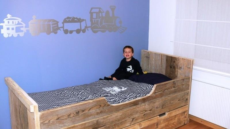 Nadine Lamberty - kinderbed met zijplank ronde sparing en kledingkast van oud steigerhout