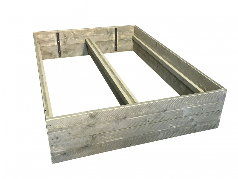 Bed van oud steigerhout met planken op zijn kant