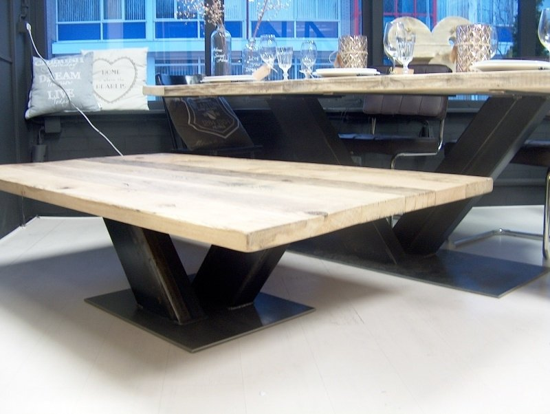 Salontafel met eiken wagonwagenplanken en een stalen V onderstel 200x100
