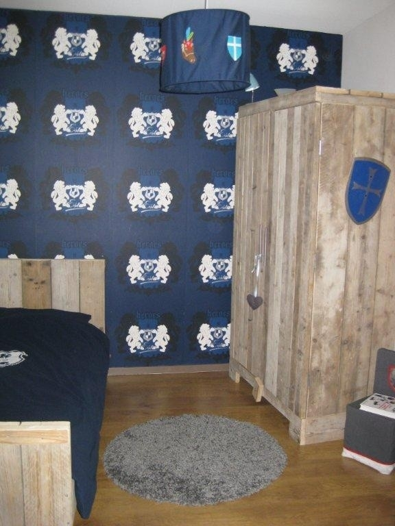 Natalie de Kok - kledingkast en bed van oud steigerhout