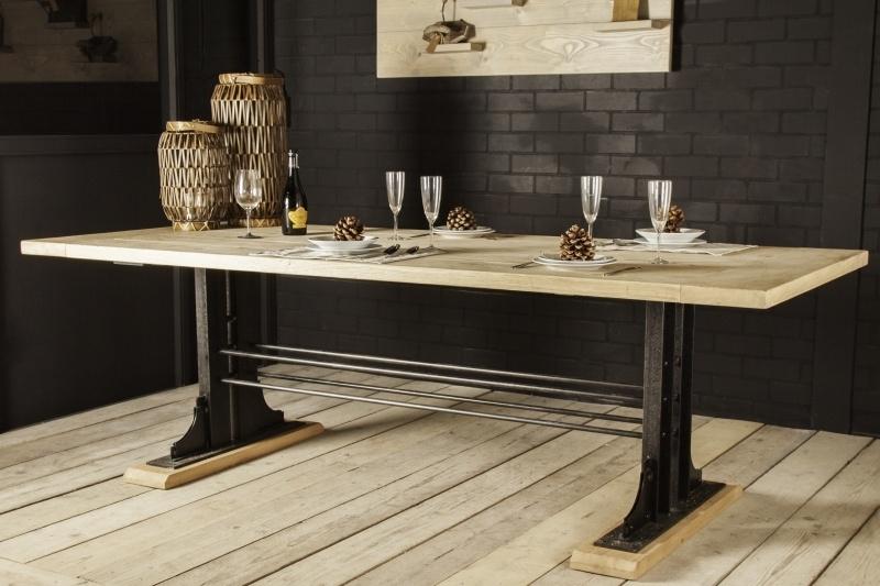 Industriële tafel met een eikenblad en een nostalgisch stalen onderstel (KOPS)