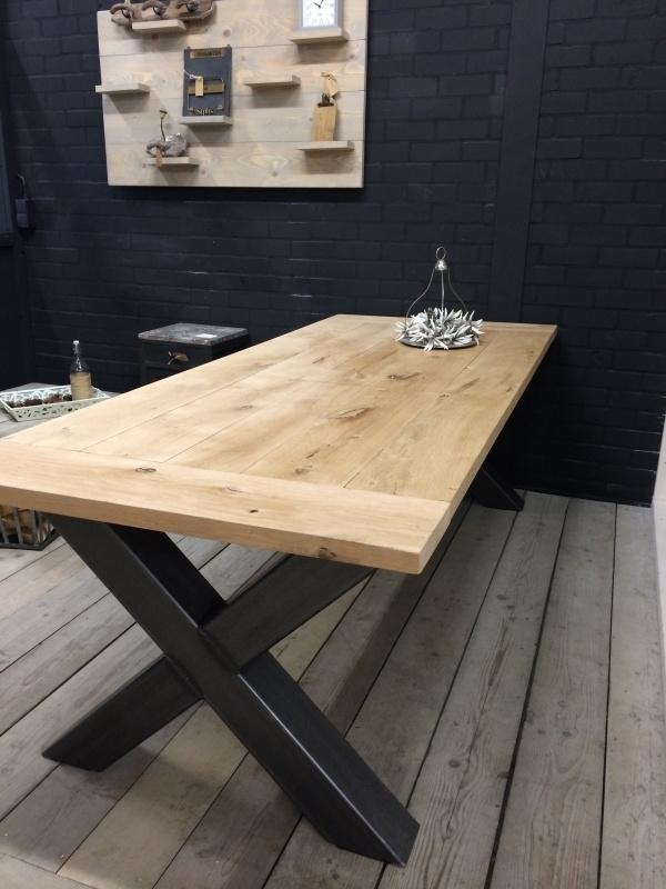 Industriële tafel met een eikenblad en een stalen X onderstel (KOPS)