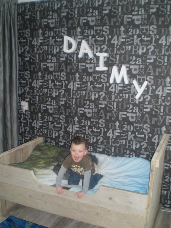Daimy is blij met zijn nieuwe bedje