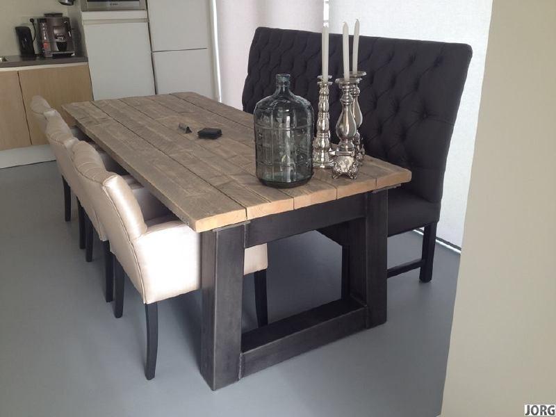 Industriële tafel met een dikke steigerplanken blad en een stalen Trapezium onderstel (RECHT)