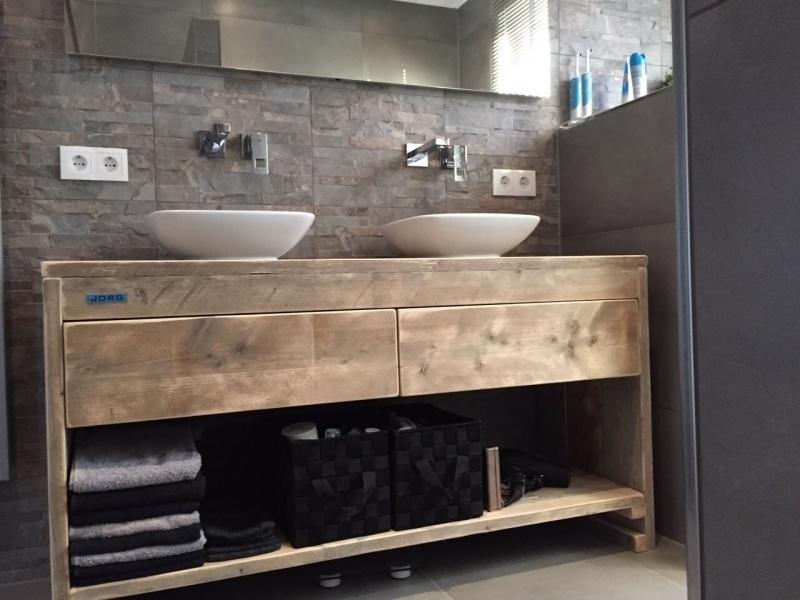 Badkamermeubel van steigerhout met 2 lades en schap