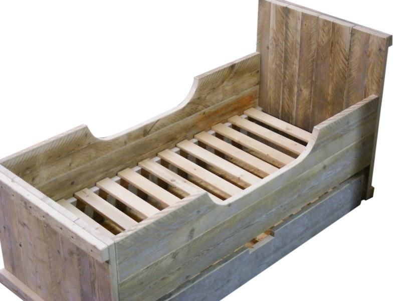 Bed gemaakt van oud steigerhout met hartje afm: L200xB70cm (voorraad magazijn artikel)