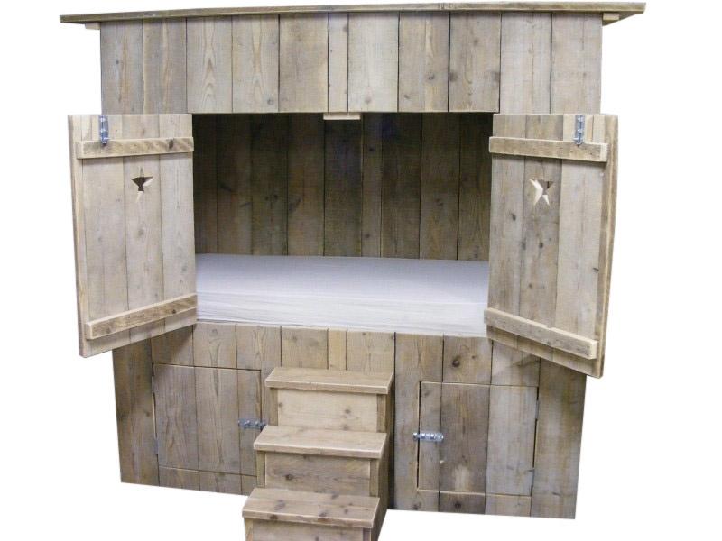 Bedstee van oud of nieuw steigerhout gemaakt (BD)