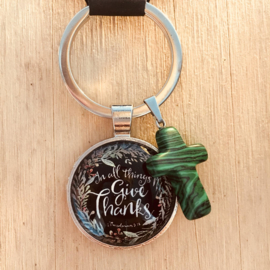 Ronde sleutelhanger met kruisje 'In all things, give thanks'