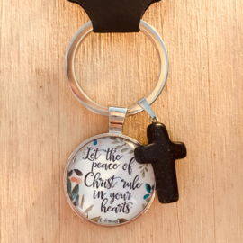 Ronde sleutelhanger met kruisje 'Let the peace of Christ rule in your hearts'