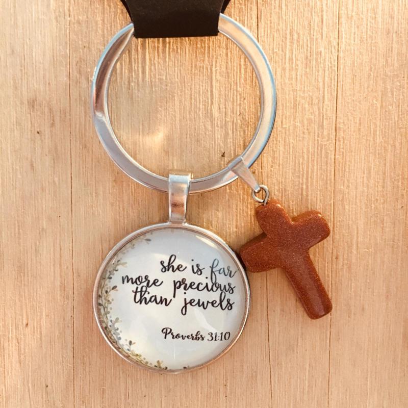 Ronde sleutelhanger met kruisje 'She is far more precious than jewels'