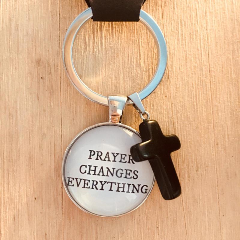 Ronde sleutelhanger met kruisje 'Prayer changes everything'