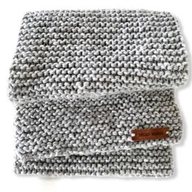 Sjaal warm grijs met leren label  'HELLO WINTER'