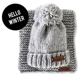 Muts warm grijs met leren label 'HELLO WINTER'