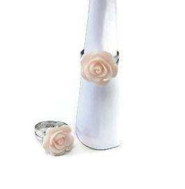 Ringetje met licht roze roosje