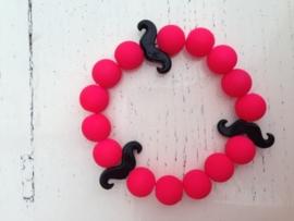 Neon roze armband met zwarte snorren