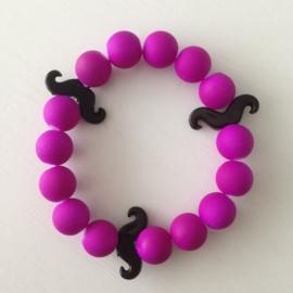 Neon paarse armband met zwarte snorren