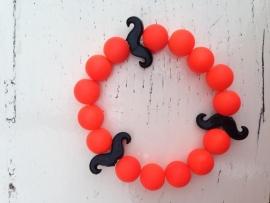 Neon oranje armband met  zwarte snorren