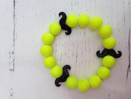 Neon gele armband met zwarte snorren