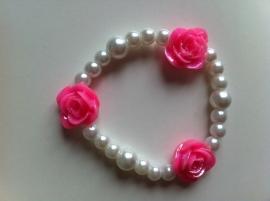 Witte parels met roze rozen