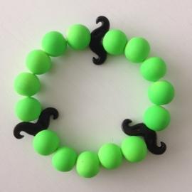 Neon licht groene armband met zwarte snorren