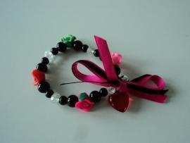Zwart met rode, roze en groen roosje en lintjes