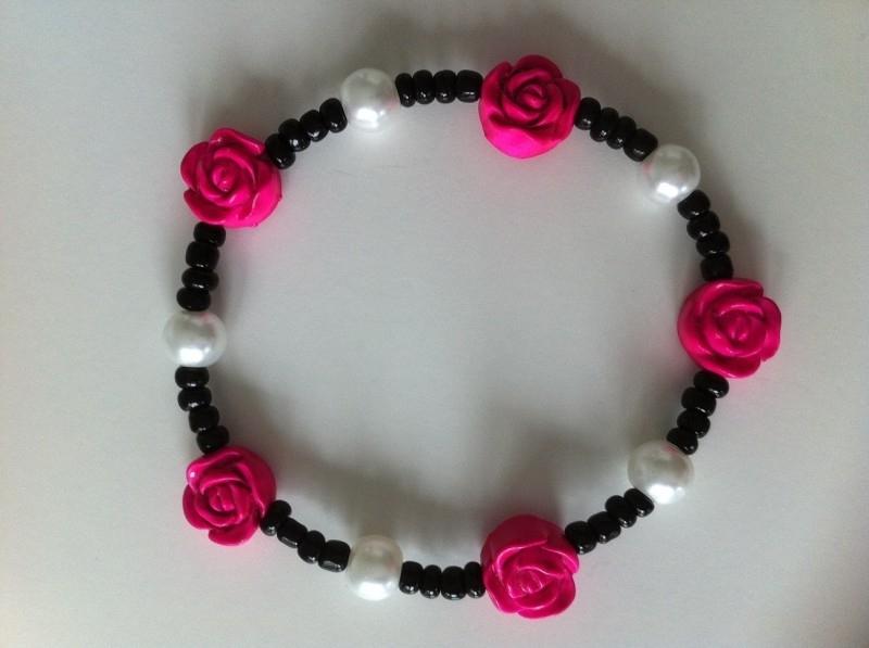 Armbandje zwart, wit en knalroze bloemetjes