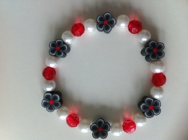 Rood, wit en grijze fimobloemetje