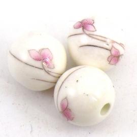 keramiek kraal rond 14mm met bloemmotief kleur wit met zachtroze (BJ004)