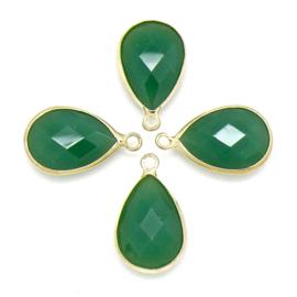 Druppelvorm bedel met facetgeslepen glassteen met gouden rand - maat 5x13x22mm - kleur groen opal