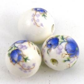 (BJ-002) keramiek kraal rond 14mm met bloemmotief kleur wit met paarsblauw