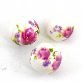keramiek kraal rond 14mm met bloemmotief kleur wit met fuchsia (BJ001)