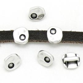 DQ metaal schuifkraal mini hamerslag voor SS12 puntsteen en 5mm plat leer - maat 8x8mm - gat 2,5x5mm (B04-185-AS)