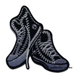 strijkapplicatie zwarte sneakers